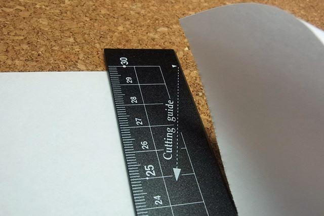 紙を引っ張る方向を示したガイドが付いています。これは便利♪