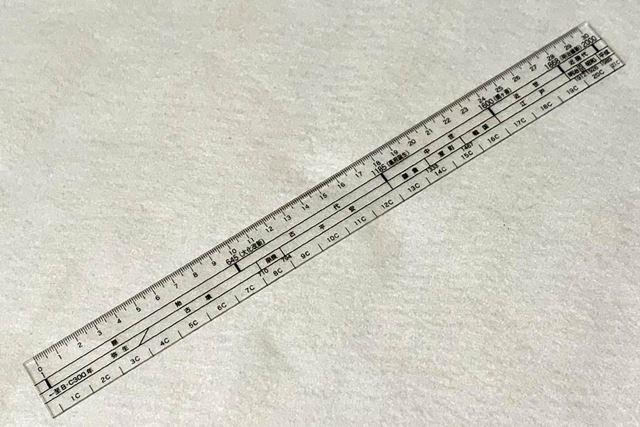 一見、普通の30cm定規ですが……