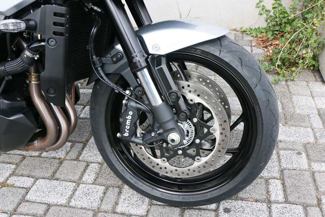 ブレーキはブレンボ製のラジアルマウント。制動力だけでなく、コントロール性の高さにも定評のある