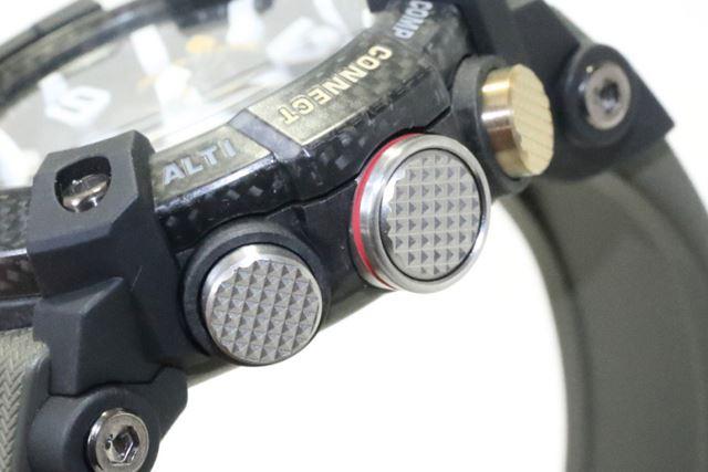 カーボンファイバー強化樹脂製ケースを採用