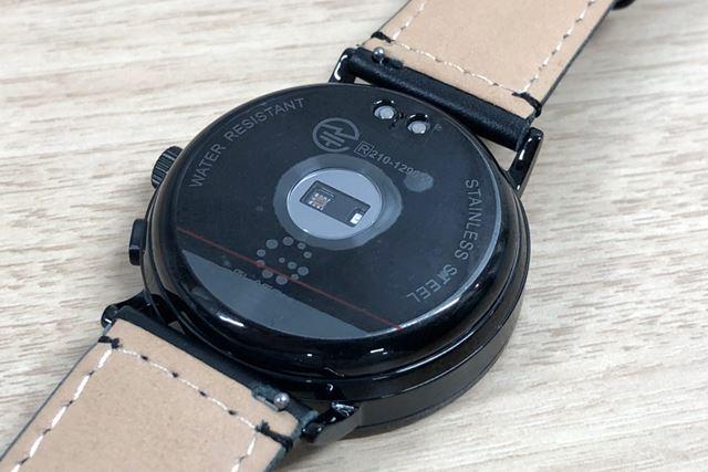 本体には、心拍数を測る光学式心拍センサー(写真)と、歩数や睡眠状態を計測する加速度センサーを搭載