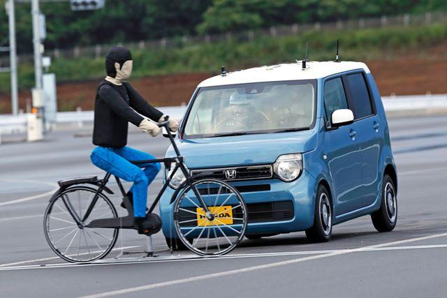 ホンダ 新型「N-WGN」の衝突軽減ブレーキには、軽自動車初となる横断中の自転車検知機能が搭載されている