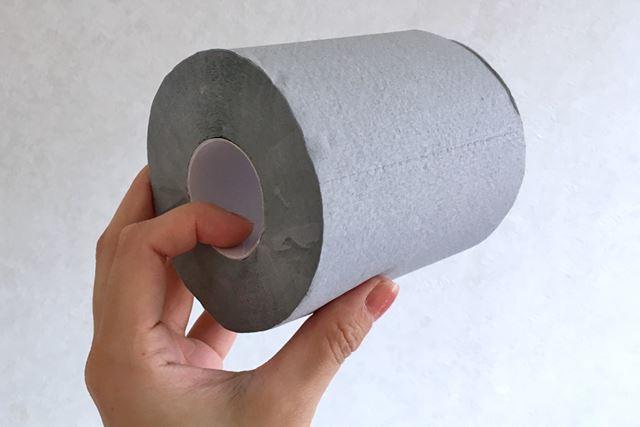 箱の中には灰色のトイレットペーパーのようなロール紙が