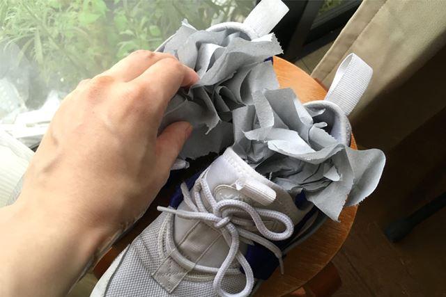 靴に使う場合は、左右各60cmほどとのこと。くしゃくしゃに丸めて靴の中にinします!