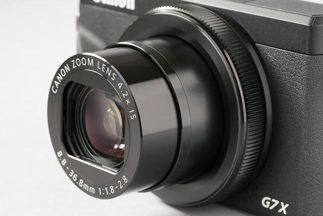 焦点距離24mm〜100mm(35mm判換算)の画角に対応する光学4.2倍ズームレンズを継承