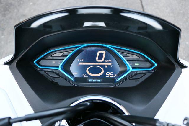 メーターは電動バイクらしい専用デザインとなっている