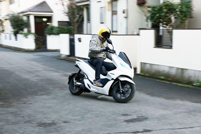 スクーターではあるが挙動は普通のバイクに近いので、コーナーリングもかなり楽しい