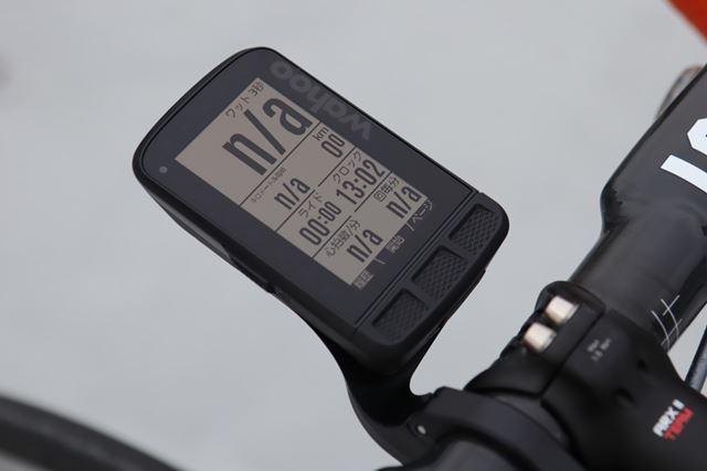 重量は93.5g。35(横)×60(縦)mmの大きいモニターと特徴的なフォントで視認性が高い