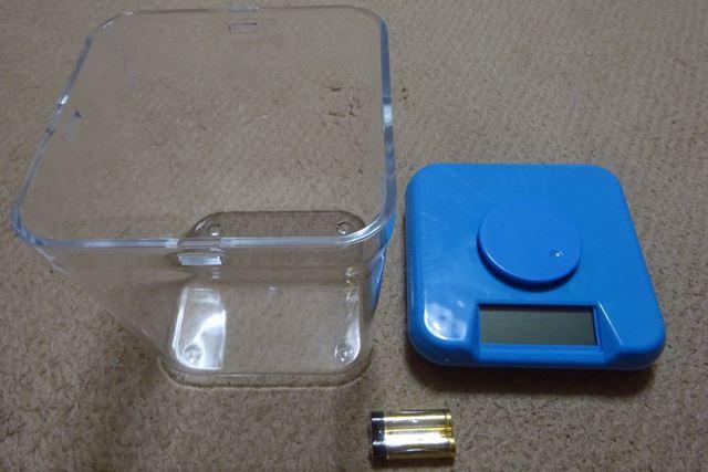 透明なコンテナとロック機構付きのフタ、単3形乾電池2本がセットになっています