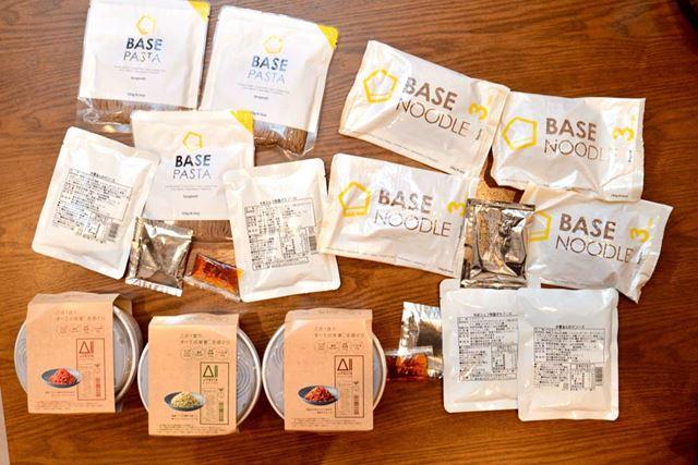 BASE FOODも日清食品もソースが多彩。ひと通り食べて、ソースとの相性もチェックしました!