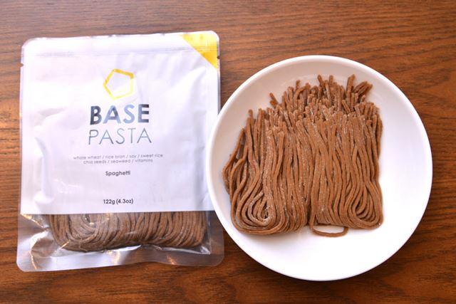 「BASE PASTA」は、茶色っぽい色の麺