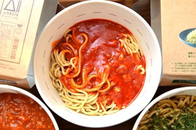 「完熟トマトに唐辛子を利かせたスパイシーアラビアータ」。麺+ソースでエネルギー479kcal、糖質41.2g