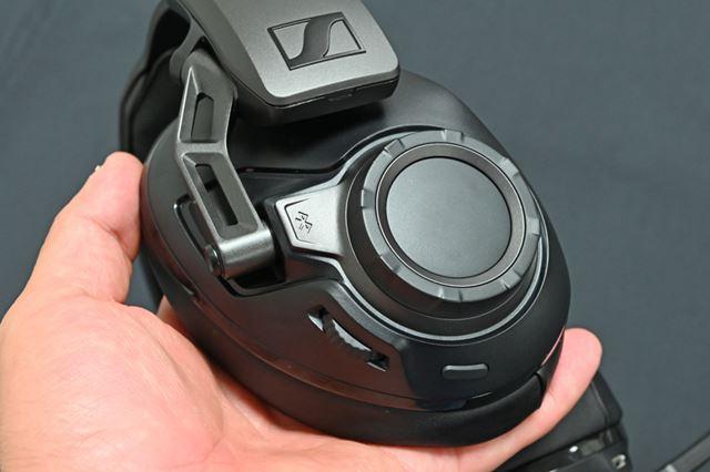 右ハウジング部にはアウターホイール、インホイール、スマートボタンを装備