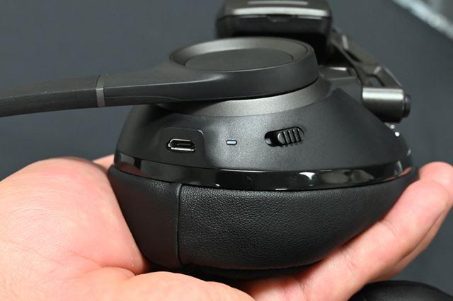 左ハウジング部には充電&USB有線接続用のmicro USB端子とBluetoothペアリング用スイッチが並ぶ