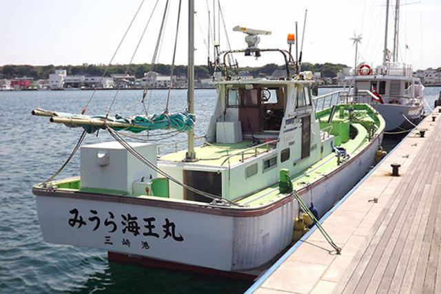 ほかの釣り人と船に乗り合い、海上の釣り堀まで向かう