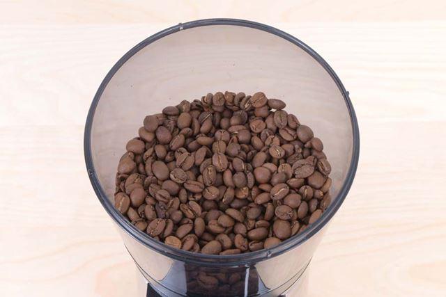 コーヒー豆は、豆の状態では2週間程度、粉にしたものは1週間程度で使い切るのがよいとされています