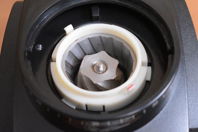 固定された刃と回転する円錐状の刃の間にコーヒー豆を通して切り刻むように挽いていきます