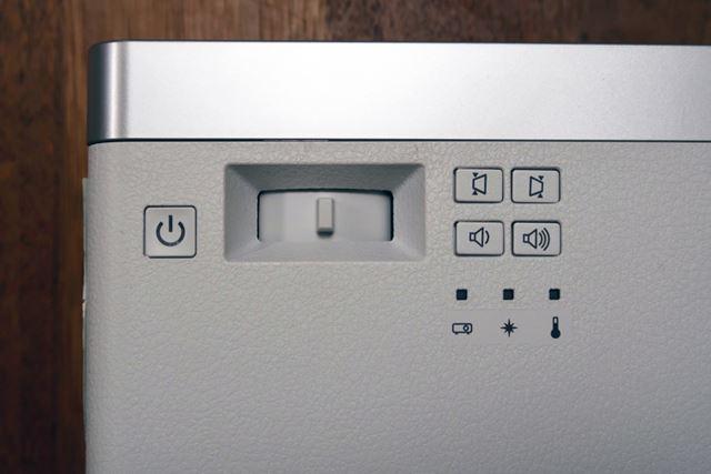 ちなみに、フォーカスと台形補正、内蔵スピーカーの音量調整は本体のボタンから操作が可能だ