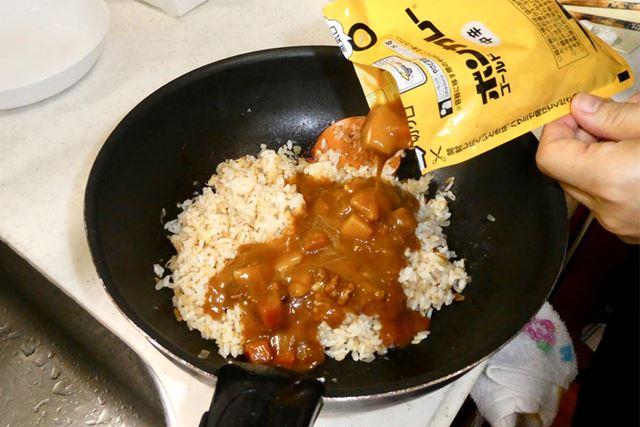 ごはんと玉ねぎを炒め、ボンカレーゴールド(中辛)を入れてさらに炒めます