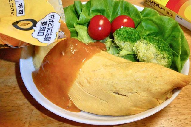 卵で包んでオムライスの完成。そこにボンカレーゴールド(甘口)をソースとしてかけます