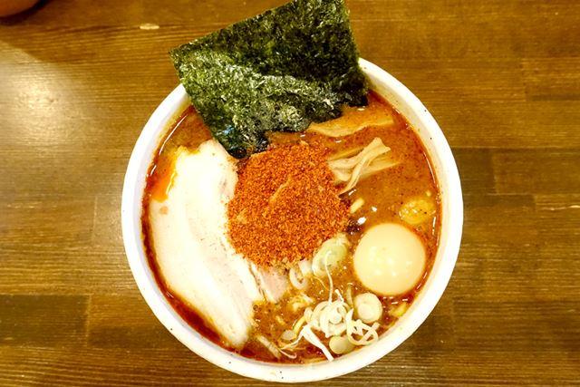 麺処 井の庄で、「辛辛魚らーめん」(880円)+「味玉」(100円)を注文!
