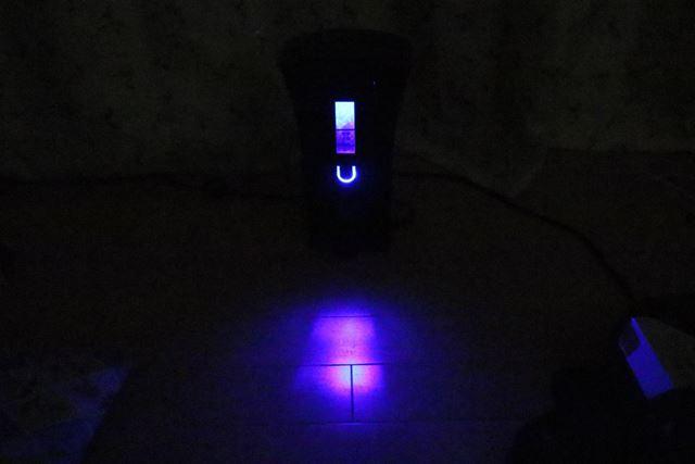 紫外線ライトが暗闇に浮かび上がり、動作していることを知らせます