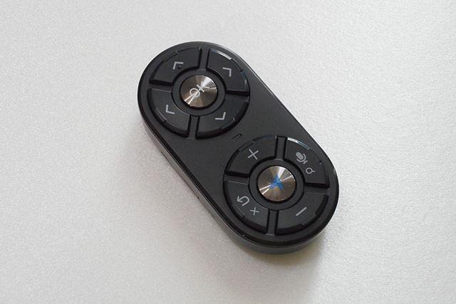 本体であるリモコンは小さなゲームパッドを縦向きにしたような雰囲気