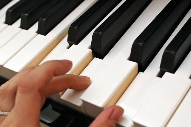 鍵盤表面にもグランドピアノと同等の仕上げを施しており、指なじみがよい