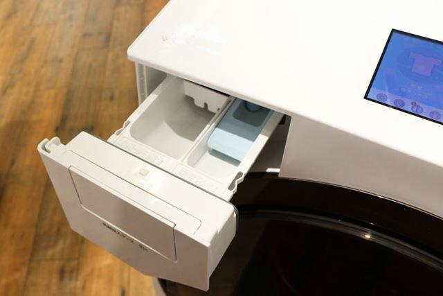 手動で洗剤や柔軟剤を入れる時には、本体手前に装備された投入口を使用します