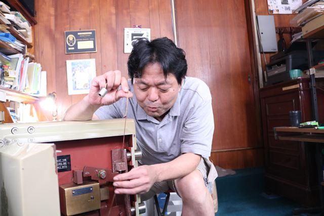 タコ糸が切れて、この分銅が落ちると永遠にロックされる仕組みに