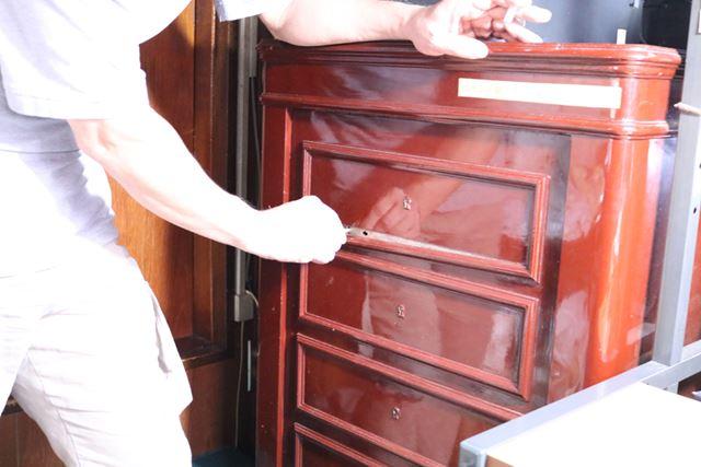 引き出しに見える木枠のひとつを下げると鍵穴が出現。博物館に来るほとんどのお客さんが驚く瞬間だそう