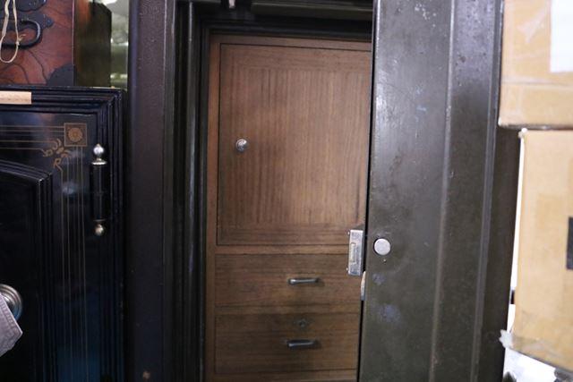 扉を開けると中には桐箱が。日本の金庫によくある意匠なのだそう