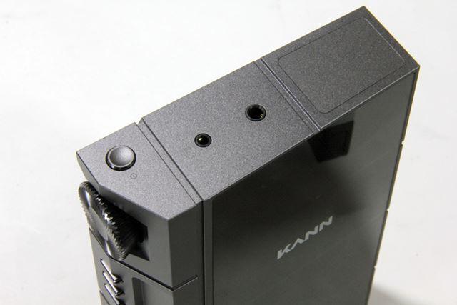 ヘッドホン出力は、本体上部に3.5mmアンバランスと2.5mmバランスの2系統を用意