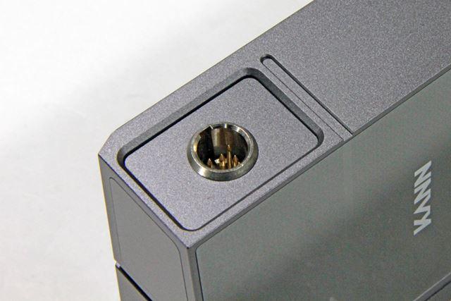 本体左側面に用意された5pin miniXLRタイプのライン出力