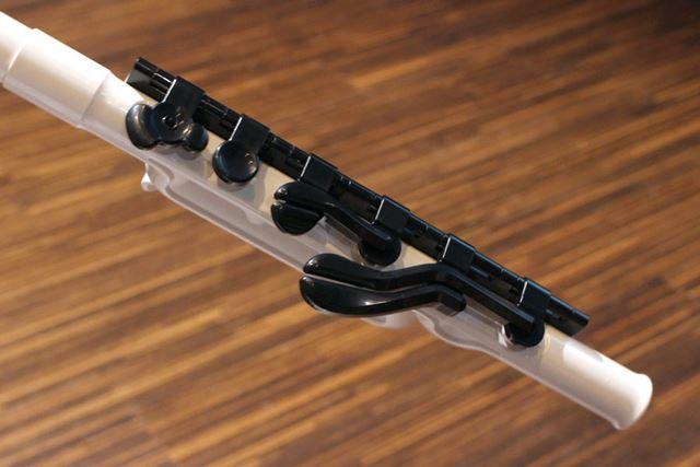 ドレミの音孔には、安定性の高い合成素材のキイを配置。無理なく押さえることができるようになっている