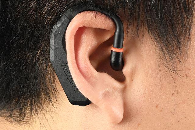 耳掛け型の本体デザインとなっており、装着するとこんな感じだ