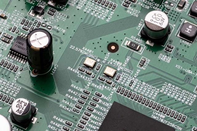 44.1kHz系/48kHz系、2系統のクロックを装備し、分周によるジッターを低減