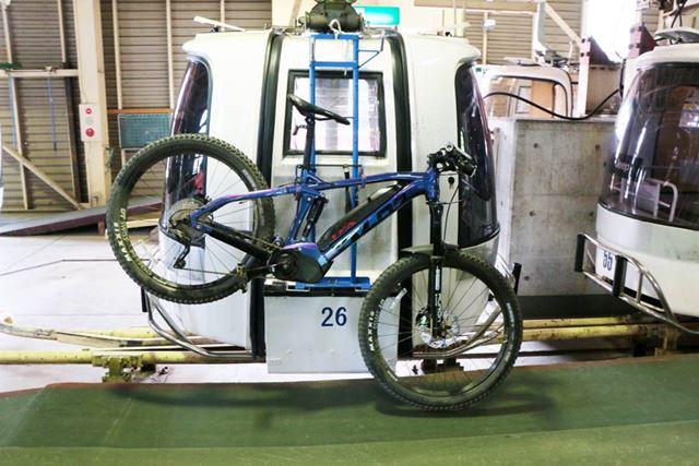 山頂に運ぶ際には、ゴンドラ(有料)を利用。e-MTB以外のマウンテンバイクも同様に運ぶことができる