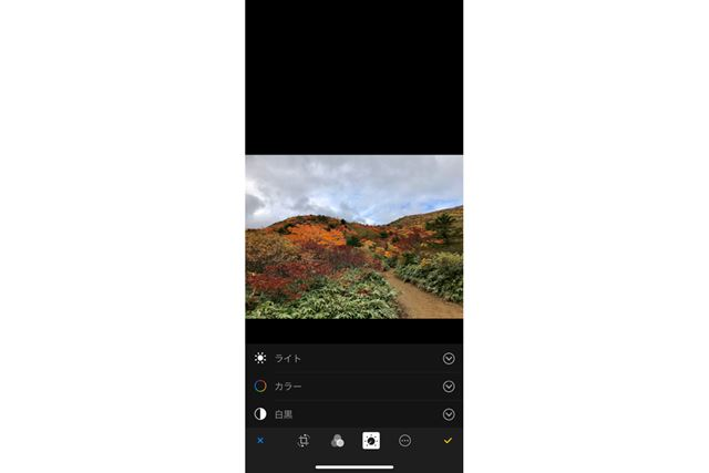 画面下部、左から4番目のボタンをタップして「ライト」の文字部分をタップ。色の修整は「カラー」だ