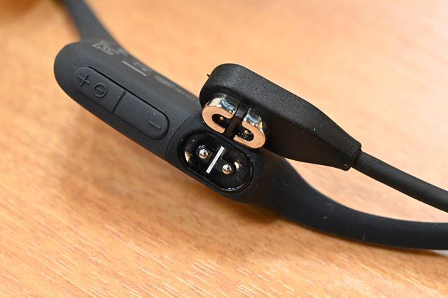 専用の充電端子形状を新たに採用。キャップレスでIP67の防水防塵性能を確保した