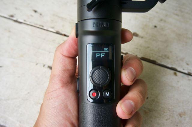 小型のディスプレイを備えモードやバッテリー残量の確認ができます