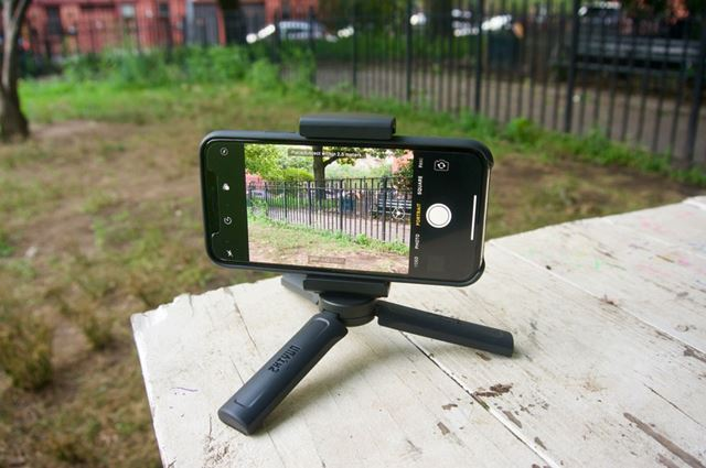 ミニ三脚とカメラクリップを組み合わせると、スマートフォン用の簡易三脚として使えます