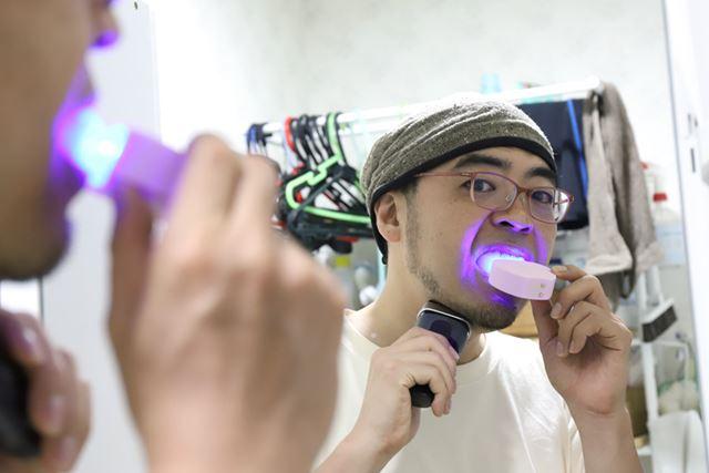 朝の身支度タイムを省略するため(1秒でも長く寝ていたい)、ヒゲ剃りと歯磨きを同時に!