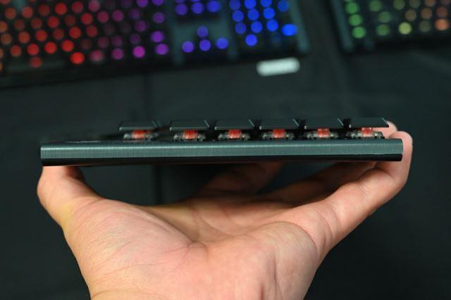 G913を横から撮影したところ。メカニカルキーボードとは思えないほど薄型なのがわかるはずだ