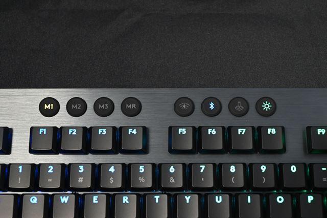 ファンクションキー近くには、プロファイルキーやイルミネーション制御ボタンなどが並ぶ