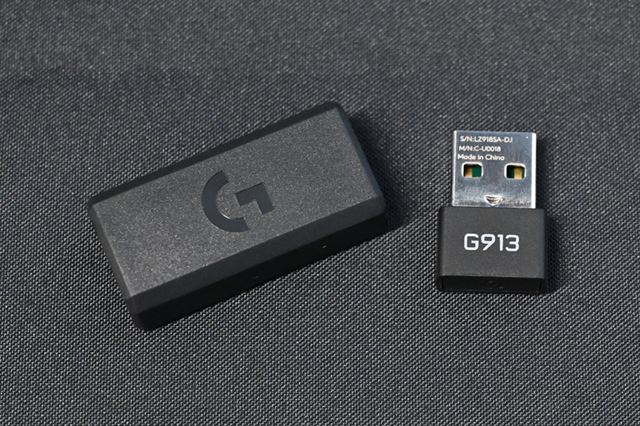 G913は「LIGHTSPEED」接続用の専用ドングルが付属