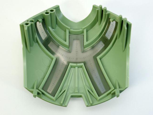 モノアイシールドにはスモークがかったペット素材が使われています