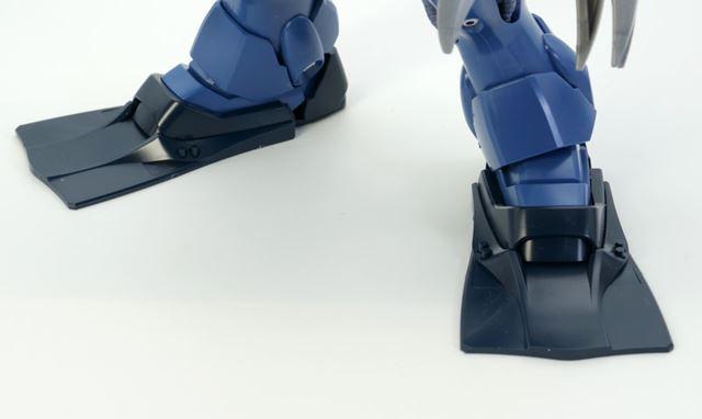 足には水中用フィンを装備。これは「夏に組みたいガンプラ」の筆頭候補かもしれませんね