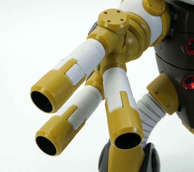 「320mm3連装ロケットランチャー」はそれぞれ可動します。※銃口内部は黒く塗ってあります