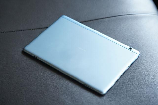 新色のミストブルーモデルの背面は透明感のある青色。この価格帯でアルミ素材を使っているのは驚きだ